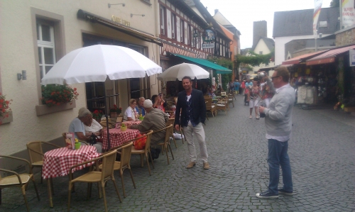 Live weather talk from touristic Rüdesheim street.
